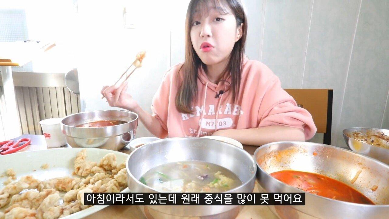 통영2탄 하루에5시간 여는 줄서서 먹는 짬뽕집! 사장님의 주문거부.. Korean mukbang eating show.mp4_20200713_201910.403.jpg 아침이라서 적게 먹었다는 쯔양 한 끼 식사