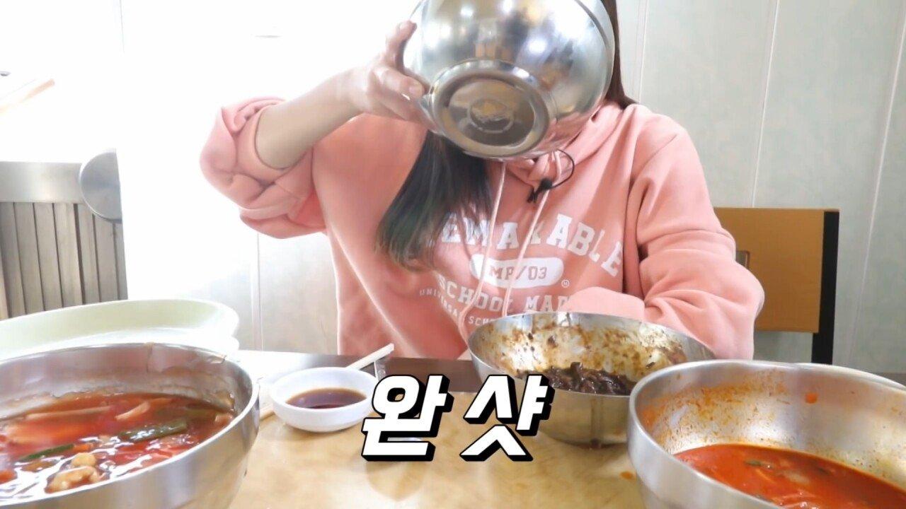 통영2탄 하루에5시간 여는 줄서서 먹는 짬뽕집! 사장님의 주문거부.. Korean mukbang eating show.mp4_20200713_201925.475.jpg 아침이라서 적게 먹었다는 쯔양 한 끼 식사