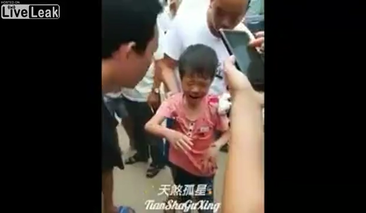 Kid survives when being hit by a large truck.mp4_20190610_130106.359.jpg