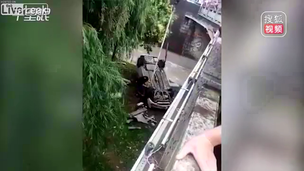 Car hits another and drives off the bridge.mp4_20190619_134730.459.png