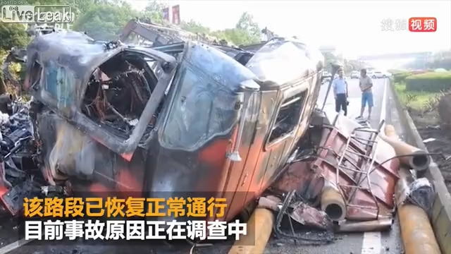 Truck burst into flame when rear-ending another truck.mp4_20190816_155235.597.jpg